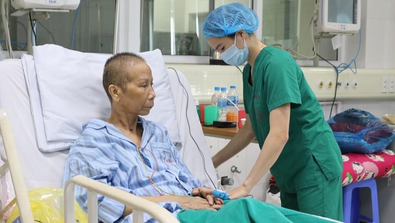 """Nữ điều dưỡng chăm sóc bệnh nhân Covid-19: """"Điều muốn làm nhất sau khi được về nhà là ôm mẹ"""""""