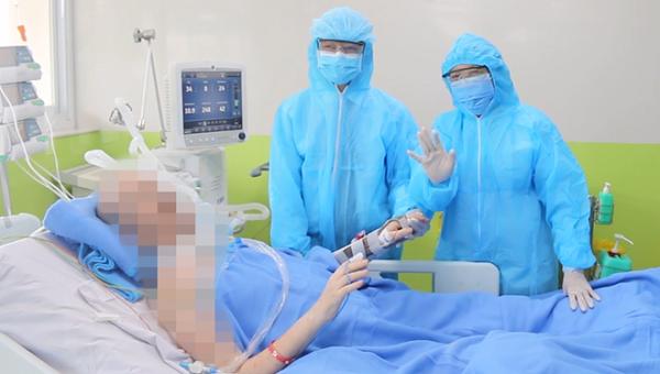 BN91 vẫy tay chào bác sĩ từ giường bệnh, có thể tự bấm bàn phím
