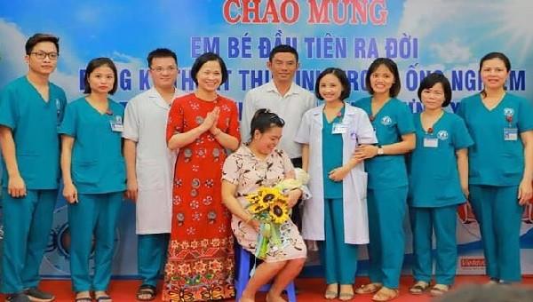 Thứ trưởng Bộ Y tế chúc mừng em bé đầu tiên ra đời bằng kỹ thuật thụ tinh trong ống nghiệm tại Hưng Yên