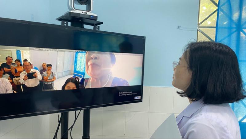 Bác sĩ trưởng Trạm Y tế phường 16, quận Gò Vấp thăm hỏi một bệnh nhân cao tuổi đang được Y sĩ của trạm chăm sóc tại nhà. (Ảnh: Sở Y tế TP HCM)