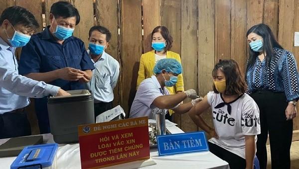 Thứ trưởng Đỗ Xuân Tuyên kiểm tra việc tiêm chủng tại xã Quang Hoà.