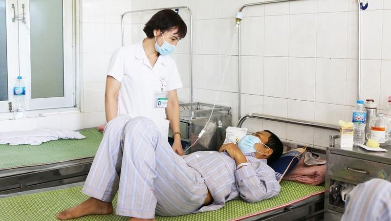 Bắt đầu từ ngày thứ 5 trở đi thì bệnh nhân mắc sốt xuất huyết có thể có các dấu hiệu nặng như: xuất huyết, cô đặc máu, tụt huyết áp có thể dẫn đến tử vong.
