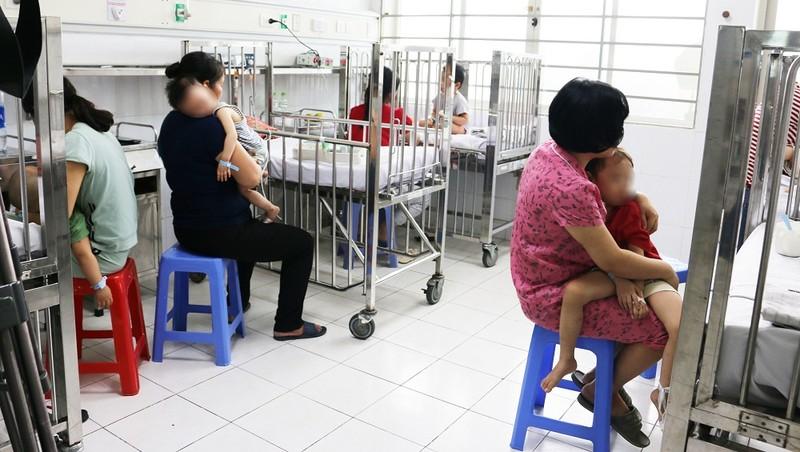 Khoảng 2 tháng trở lại đây, số ca mắc tay chân miệng nhập viện tại Bệnh viện Nhi Trung ương tăng nhanh.