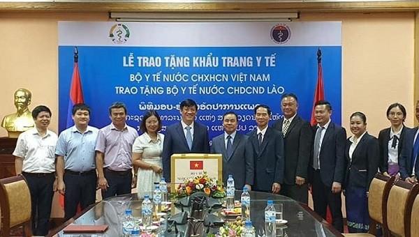Bộ Y tế Việt Nam tặng Bộ Y tế CHDCND Lào 200.000 khẩu trang y tế