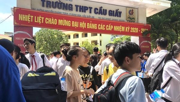 Nhiều em học sinh vui vẻ  trao đổi đáp án với nhau ngay tại cổng trường.