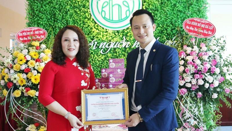 Đại diện Công ty TNHH Tâm Đan Pharma với Công ty TNHH Ngân Hồng Hoa tại buổi Lễ kí kết hợp tác.