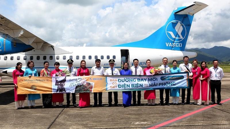 Bà Lò Thị Yên - Giám đốc Cảng hàng không Điện Biên Phủ (áo dài xanh) và đại diện hãng hàng không VASCO tặng hoa chúc mừng tổ bay thực hiện chuyến bay đầu tiên trên đường bay Điện Biên - Hải Phòng.