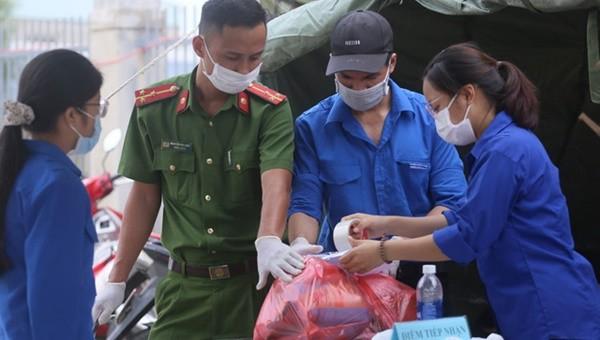 Hàng nghìn sinh viên khác của ĐH Kinh tế Y Dược Đà Nẵng cũng có mặt tại các khu cách ly, điểm chốt trực.