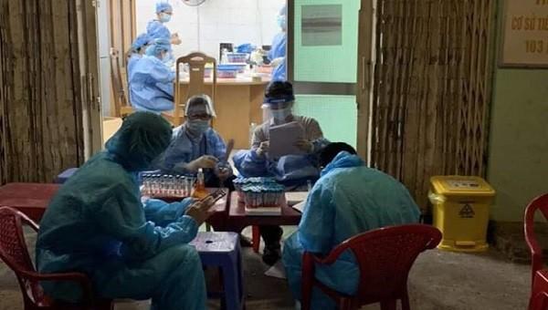 Các nhân viên xét nghiệm làm việc xuyên đêm ở CDC Đà Nẵng. Ảnh: Lê Bảo - Phạm Minh Thuỳ