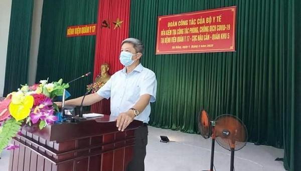 Thứ trưởng Nguyễn Trường Sơn kiểm tra công tác phòng, chống dịch tại BV Quân Y 17. Ảnh: Anh Văn