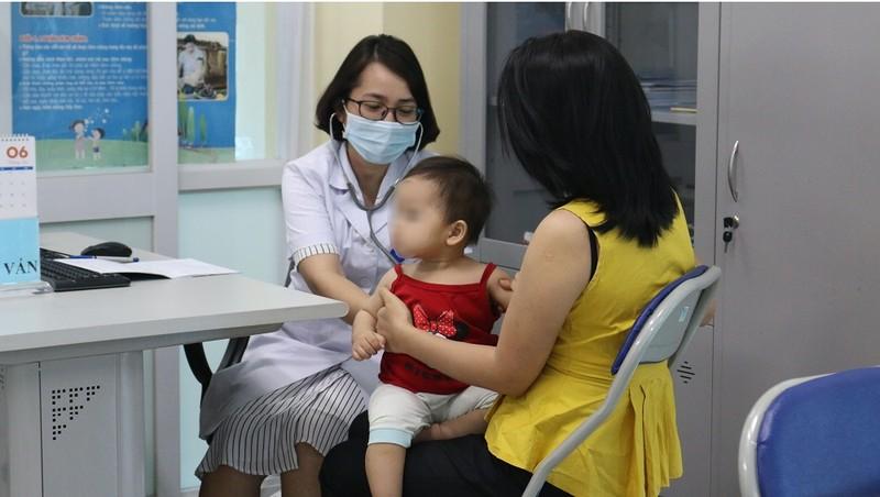 Trẻ nhỏ cần được tiêm đủ liều vacxin để phòng bệnh bạch hầu. Ảnh: Ngọc Nga