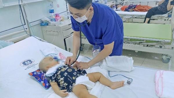Bệnh nhi được điều trị tích cực tại Bệnh viện Sản Nhi tỉnh Phú Thọ. Ảnh: Hà Nguyệt