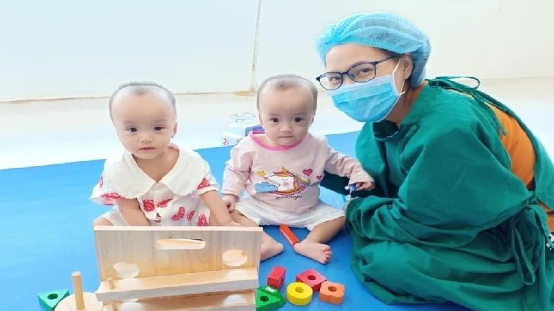 Song Nhi và mẹ của 2 em là chị Trần Thị Hồng Thúy. Ảnh: BV Nhi Đồng TP HCM