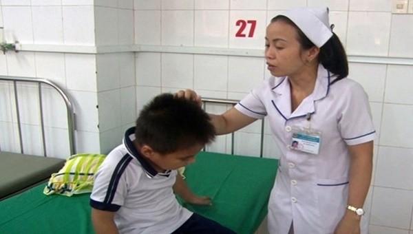 Một học sinh bị ong vò vẽ chích được điều trị tại Trung tâm y tế huyện Thống Nhất, Đồng Nai. Ảnh: Báo Công an nhân dân.
