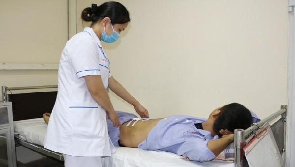 Điều dưỡng chăm sóc người bệnh sau chọc dẫn lưu ổ máu tụ. Ảnh: BVCC
