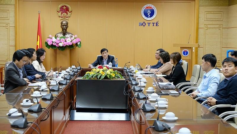 S.TS Nguyễn Thanh Long- Bộ trưởng Bộ Y tế chủ trì cuộc họp khẩn chiều ngày 30/11 tại điểm cầu Bộ Y tế Ảnh: Trần Minh