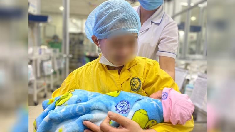 """20 nhân viên y tế """"chạy đua"""" với tử thần cứu sống 2 mẹ con sản phụ mang thai 30 tuần bị tai nạn giao thông nghiêm trọng"""