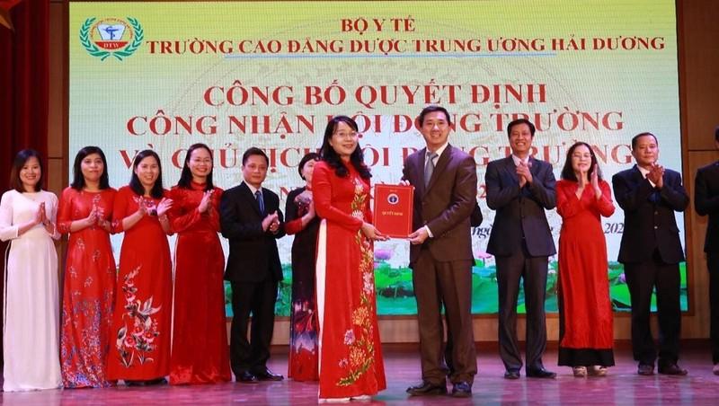 GS.TS Trần Văn Thuấn, Thứ trưởng Bộ Y tế trao quyết định thành lập Hội đồng Trường Cao đẳng Dược Trung ương Hải Dương.