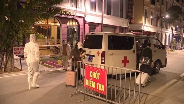 Tổ chức phong tỏa và phun thuốc khử trùng khách sạn của gia đình bệnh nhân (Ảnh: CTTĐT Hạ Long).