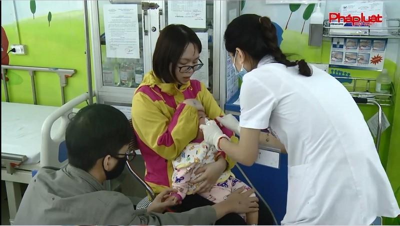 Thời tiết trở lạnh, nhiều trẻ nhỏ dễ mắc bệnh hô hấp.