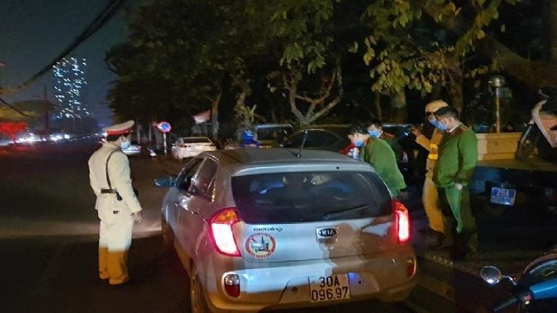 Bắt giữ 2 thanh niên lái xe mang theo súng và nhiều viên đạn