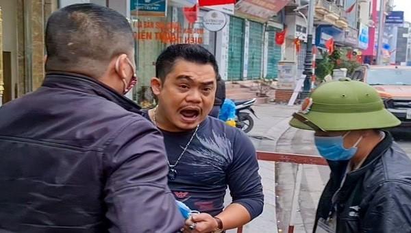 Chủ quán phở tại TP Hạ Long không đeo khẩu trang, lớn tiếng ngăn cản cán bộ y tế phun khử trùng (ảnh: Quốc Nam)