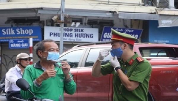 Hà Đông (Hà Nội) phạt nhiều trường hợp không đeo khẩu trang nơi công cộng