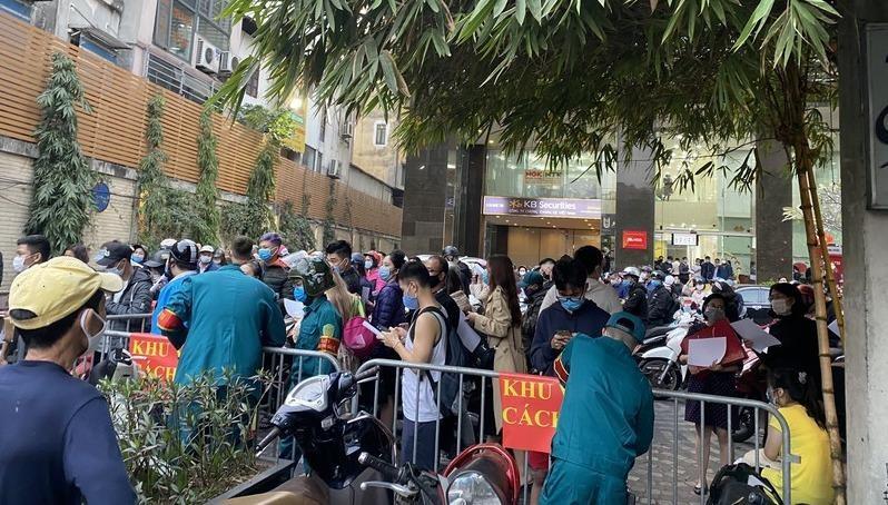 Nữ nhân viên ngân hàng nhiễm Covid-19 ở 88 Láng Hạ từng đi siêu thị và tiếp xúc nhiều người