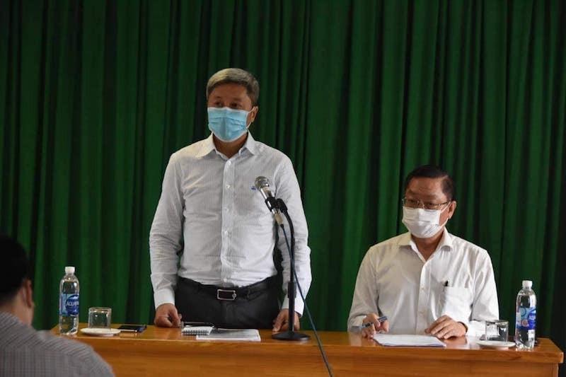 Thứ trưởng Nguyễn Trường Sơn và Giám đốc SYT TP HCM Nguyễn Tấn Bỉnh chủ trì cuộc họp sáng 9/2. Ảnh: Khôi Nguyên
