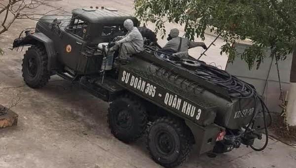 Lực lượng quân đội tiến hành phun khử khuẩn khu vực cách ly. Ảnh: Bộ Y tế