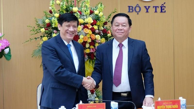 Thượng tướng Nguyễn Trọng Nghĩa, Trưởng Ban Tuyên giáo TW chúc mừng Bộ trưởng Bộ Y tế Nguyễn Thanh Long và ngành Y tế nhân ngày 27/2. Ánh: Trần Minh