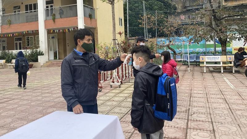 Học sinh quay trở lại trường học, các biện pháp phòng dịch được thực hiện nghiêm.