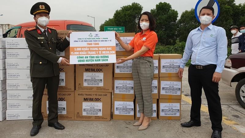 Thiếu tá Đặng Văn Hưng Phó Trưởng phòng Công an Hải Dương tiếp nhận 5.000 khẩu trang Nano bạc từ Đại diện Công ty Mebiphar.