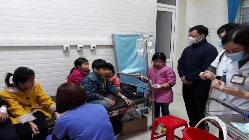 Ông Ngọc Thanh Dũng, Chi cục trưởng Chi cục ATVSTP Hà Giang thăm các bệnh nhân ngộ độc thực phẩm