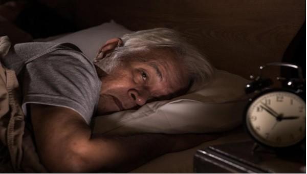 """Người cao tuổi khó ngủ """"đêm tỉnh như ngày"""", giải quyết sao?"""