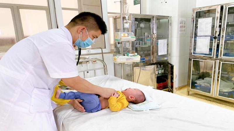 Bác sĩ thăm khám cho bệnh nhi (ảnh: BVCC)