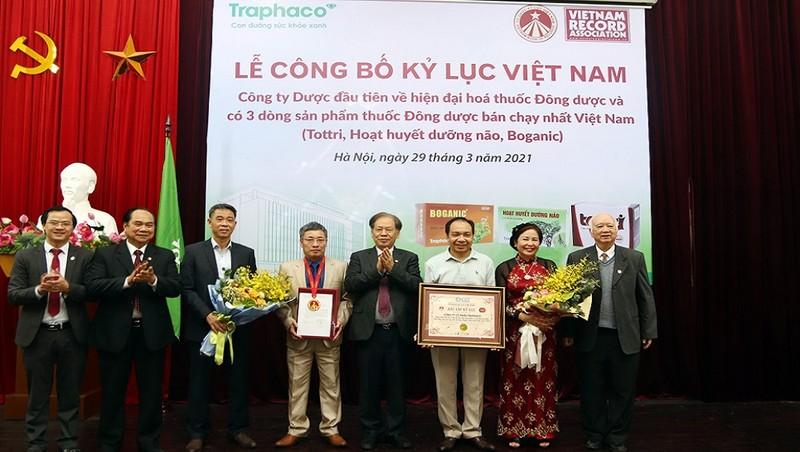 Đại diện Ban lãnh đạo Traphaco nhận chứng nhận kỷ lục Việt Nam.