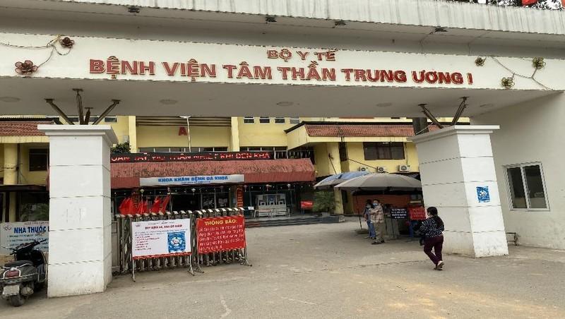 Phó Giám đốc Bệnh viện Nguyễn Tuấn Đại trao đổi với phóng viên chiều ngày 1/4