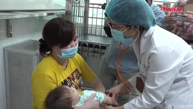 Bản tin Y tế: Sai lầm thường gặp của phụ huynh khi chăm sóc trẻ bị tay chân miệng