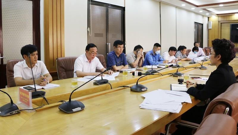 Đại diện các đơn vị liên quan của UBND TP Cẩm Phả làm việc với PV Báo Pháp luật Việt Nam.