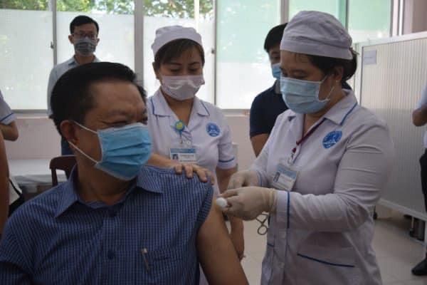 Dương Tấn Hiển, Phó Chủ tịch thường trực UBND thành phố là 1 trong 50 người được tiêm vắc xin AstraZenecangừa Covid-19 trong sáng ngày 19/4