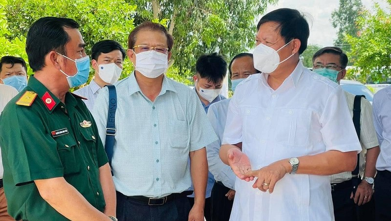Thứ trưởng Đỗ Xuân Tuyên kiểm tra công tác cách ly tại Phòng khám Đa khoa quân dân y Giồng Găng, huyện Tân Hồng.
