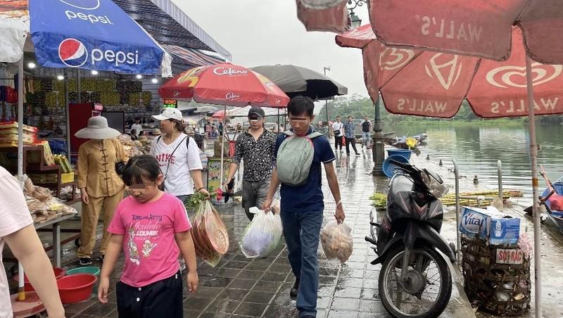 Nhiều người 'quên' đeo khẩu trang ở Hà Nội, 'bất chấp' dịch bệnh đe dọa