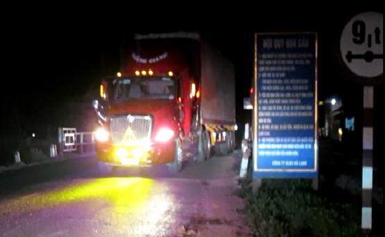 Xe trọng tải lớn băm nát quốc lộ 37