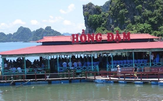 Quảng Ninh: Nhà bè dịch vụ ăn uống vẫn hoạt động nhộn nhịp