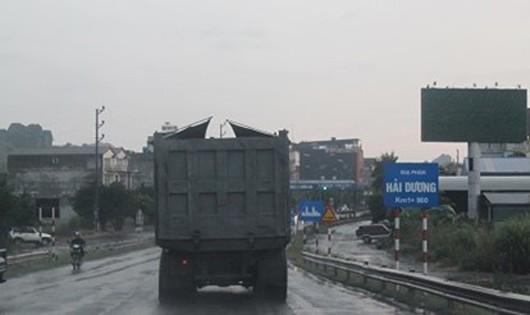 Xe tải vận chuyển than trên Quốc lộ 17B