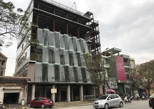 Mặt trước của công trình xây dựng không được che chắn để đảm bảo an toàn cho người dân