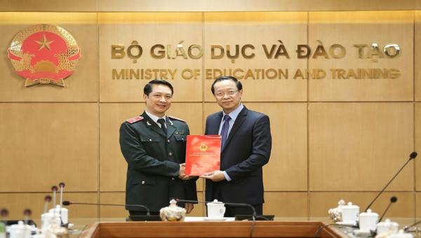 Thứ trưởng Phạm Ngọc Thưởng trao quyết định bổ nhiệm cho tân Chánh Thanh tra Bộ Giáo dục và Đào tạo.