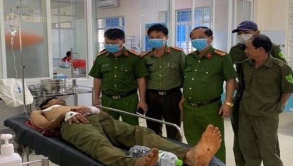 Lãnh đạo Công an huyện Xuân Lộc thăm hỏi, động viên Công an viên Hoàng Quốc Sự.