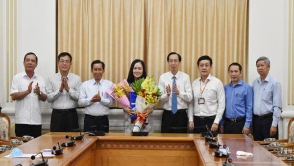 Lãnh đạo TP HCM chúc mừng tân Phó Giám đốc Sở Nội vụ.
